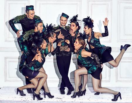 Le studio a tiré d'un groupe de danseurs rétro Banque d'images - 82196481