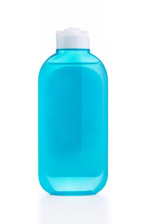 De blauwe plastic fles met blauw leeg label geïsoleerd op wit