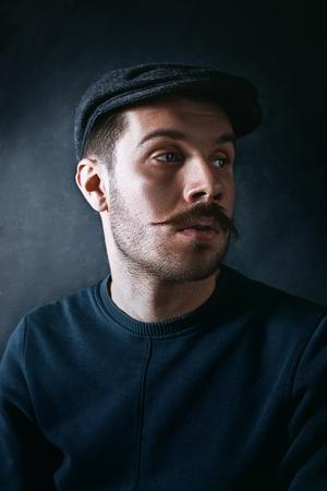Le jeune homme en casquette au studio Banque d'images - 82512275