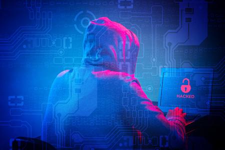 노트북으로 정보를 훔친 두건 된 컴퓨터 해커 스톡 콘텐츠