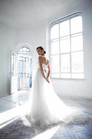 웨딩 드레스, 흰색 배경에서 아름 다운 신부 스톡 콘텐츠