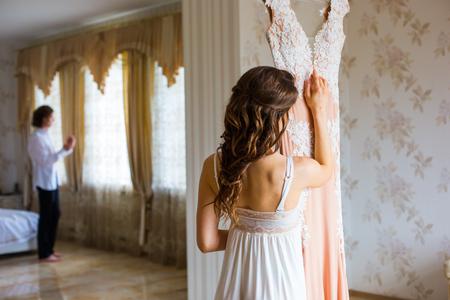 Bride hugging wedding dress 版權商用圖片