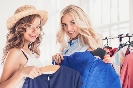 それを選んでいる間ドレスを探してかなりの女性のイメージ。ショッピングのコンセプト