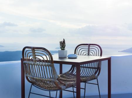 멋진 바다 전망을 갖춘 아름다운 테라스에있는 2 개의 의자와 작은 테이블 스톡 콘텐츠
