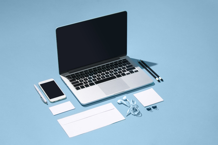 ノート パソコン、ペン、携帯電話、空白の画面の表の注