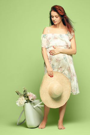 sala parto: Young beautiful pregnant woman standing on blue background