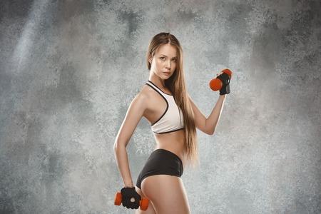 Athlète jeune femme musculaire posant au studio Banque d'images - 84135315