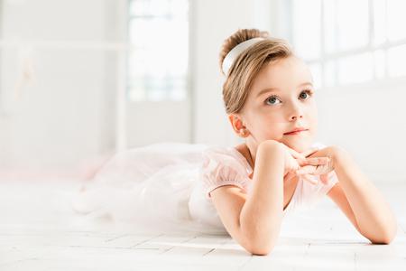 발레 학교 수업 중 흰색 투투에있는 작은 발레리나
