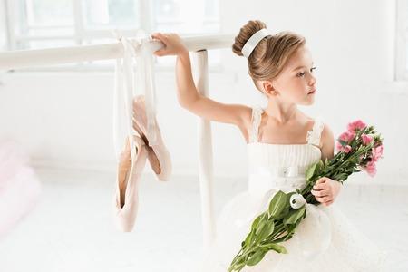 チュチュのバレリーナ少女。ホワイト スタジオでクラシック バレエを踊る愛らしい子です。