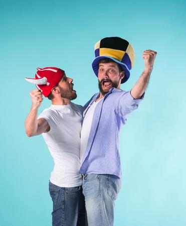 Twee Opgewonden Mannelijke Vrienden Vier Kijkende Sporten