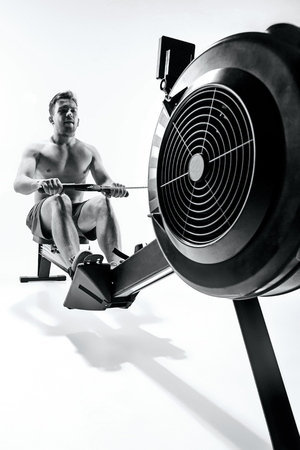 Man Using A Press Machine In A Fitness Club. Imagens