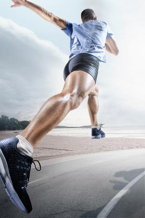 Fondos de deporte. Sprinter comenzando en la pista de atletismo. Collage. Concepto de publicidad. El atleta masculino corriendo contra la playa tropical