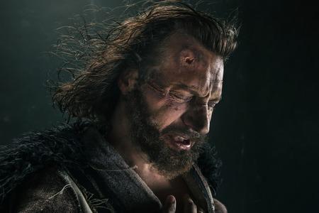 黒の背景にポーズをとって戦いメールで残忍なハゲ向かったバイキングの肖像画。 写真素材