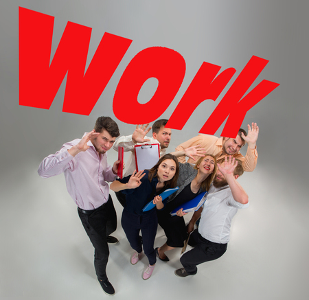 Equipo asustado y sorprendido de jóvenes hombres y mujeres de negocios bajo el mundo presión de trabajo Foto de archivo - 86223817