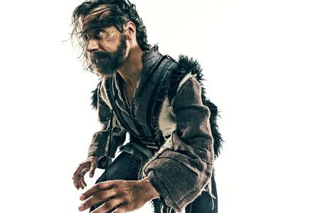 白い背景を装った戦闘メールにおける残忍なはげ頭のバイキングの肖像。