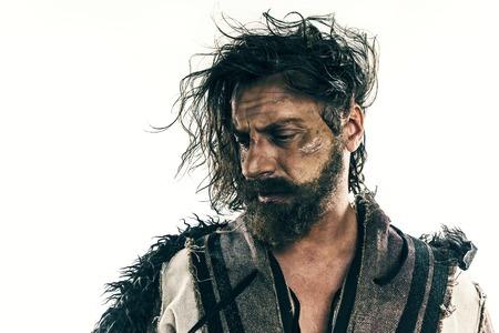 白い背景に、ポーズの戦いメールで残忍なハゲ向かったバイキングの肖像画。