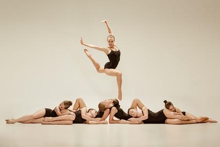 De groep moderne balletdansers Stockfoto