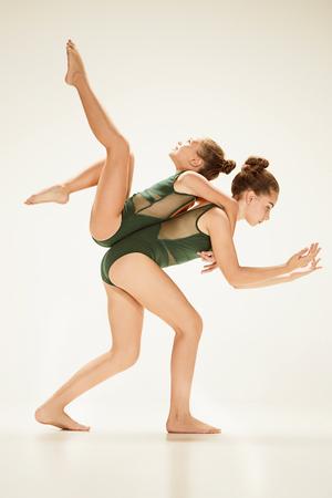 2 명의 현대 발레 댄서