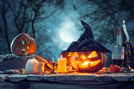 Halloween-pompoenen op blauwe achtergrond Stockfoto