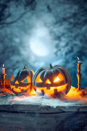 Halloween pumpkins on blue background Banque d'images