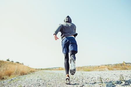 러닝 스포츠. 경치 좋은 자연 속에서 sprinting 남자 러너입니다. 마라톤 달리기를 위해 근육질 남성 운동 선수 훈련 트레일을 맞추기. 스톡 콘텐츠