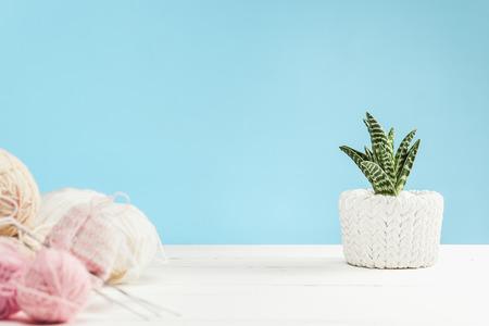 흰색 나무 배경에 양모 공