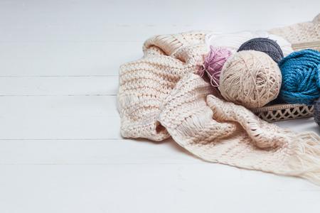De ballen van wol op witte houten achtergrond