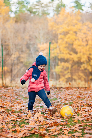 The little baby girl playing in autumn leaves 版權商用圖片