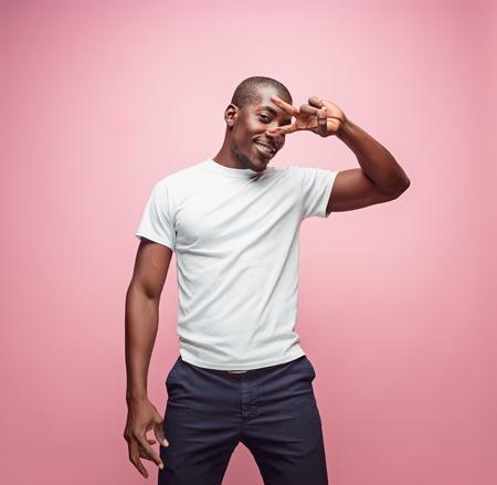 Portret bardzo szczęśliwego afro amerykańskiego mężczyzny