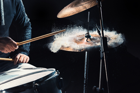 ロック コンサートの前にドラムのリハーサルのドラマー。スタジオでドラムの録音音楽を設定