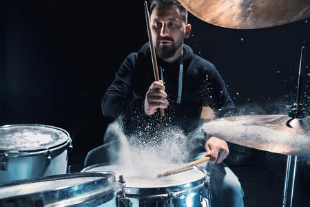 ロックコンサートの前にドラムで演奏ドラマー。スタジオのドラムセットで音楽を録音する人 写真素材