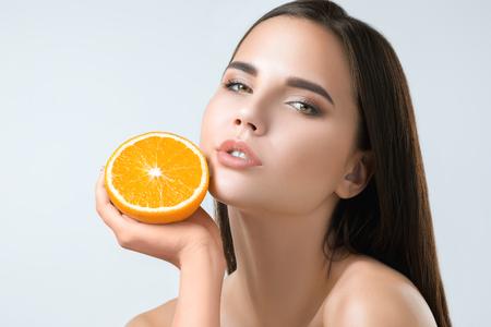 Beautiful womans face with juicy orange Zdjęcie Seryjne - 90272786
