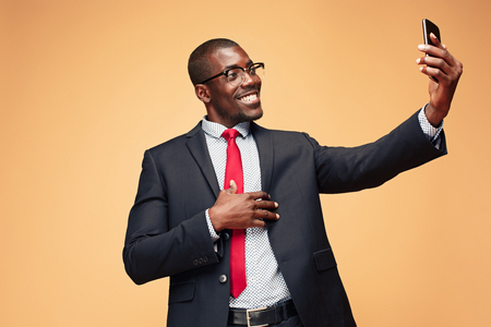 Young african business man doing selfie on the phone 版權商用圖片