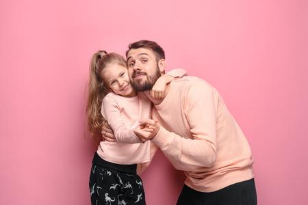Młody ojciec ze swoją córeczką