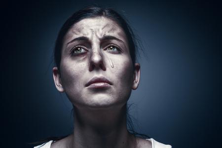 상처 입은 피부와 검은 눈을 가진 우는 여성의 초상화를 닫습니다. 스톡 콘텐츠 - 91886842