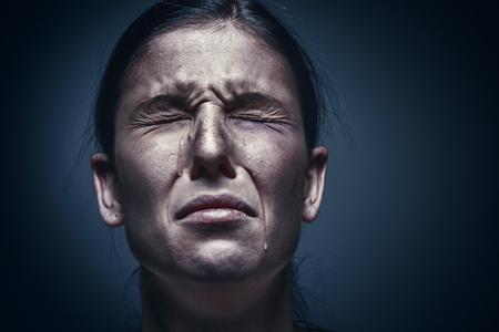 Sluit omhoog portret van een schreeuwende vrouw met gekneuste huid en zwarte ogen