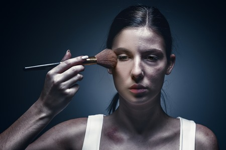 Primo piano ritratto di una donna che piange con la pelle contusa e gli occhi neri