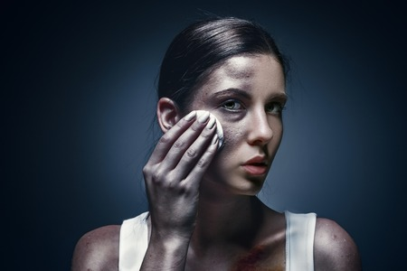 Close up portrait of a crying woman with bruised skin and black eyes Imagens - 91886869