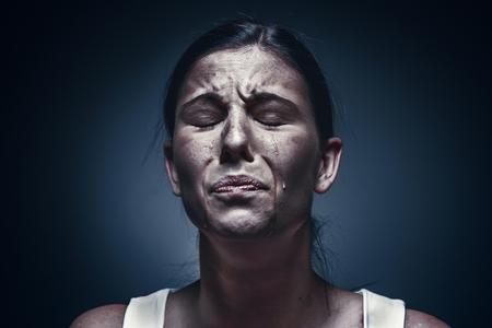 Close up ritratto di una donna piange con la pelle bruciata e gli occhi neri Archivio Fotografico - 91886873