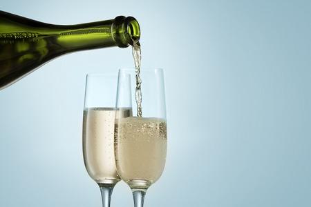 Gläser mit Champagner und Flasche über funkelnden Urlaub Hintergrund Standard-Bild - 91957069