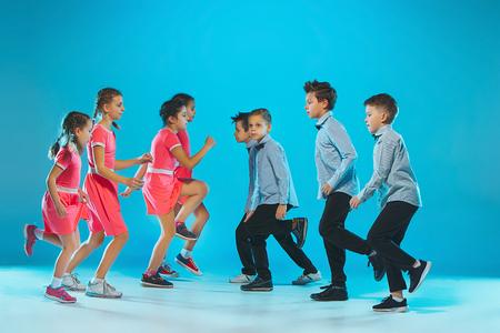 Les enfants de l'école de danse, ballet, hiphop, rue, danseurs funky et modernes Banque d'images - 92095220