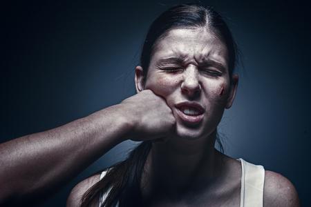 Pugno maschio contro la giovane donna rapita in background Archivio Fotografico