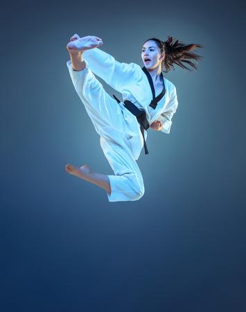La ragazza con la fascia nera di karate Archivio Fotografico - 92241662