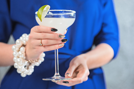De exotische cocktail en vrouwelijke handen Stockfoto