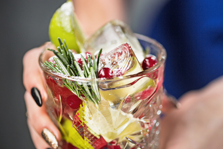 De exotische cocktail en vrouwelijke handen
