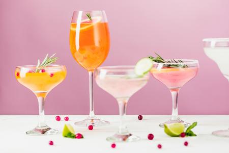 De roze exotische cocktails en fruit op roze