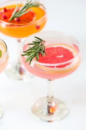 De roze exotische cocktails en fruit op roze Stockfoto