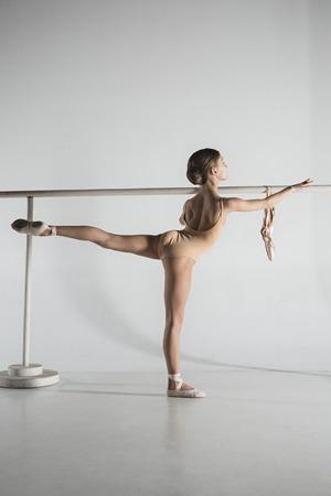 La fille s'entraîne près de la barre de ballet. Banque d'images - 93387721