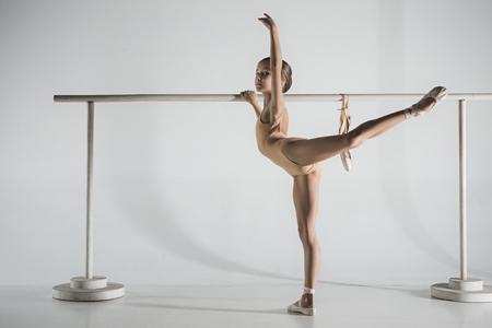 女の子はバレエのバレエの近くで訓練を受けています。 写真素材