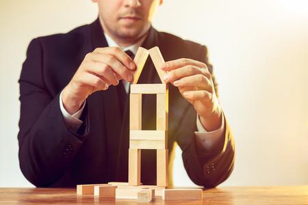 Man en houten kubussen op tafel. Management concept Stockfoto
